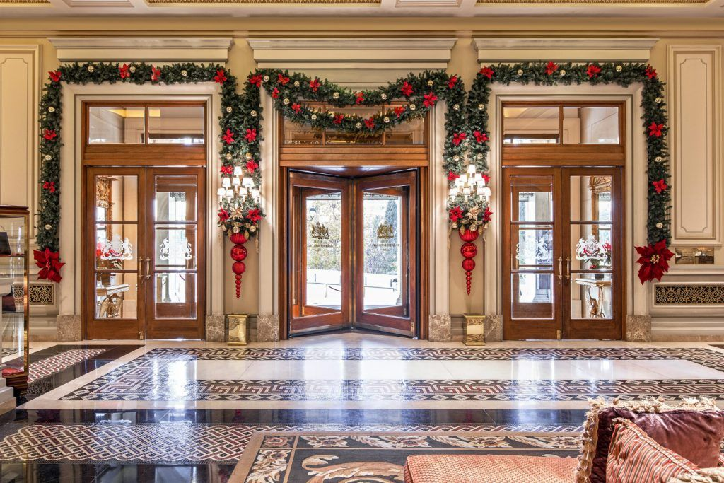 christmas-decoration-lobby-entrance-hotel-grande-bretagne-athens_1500x1000